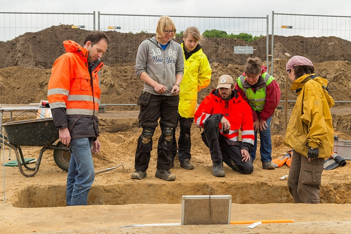 Veldhoven Huysackers Merovingian cemetery Discussing the complicated sequence of layers in chamber grave 8. Photograph Melvin van Liebergen, (L-Mount Media)