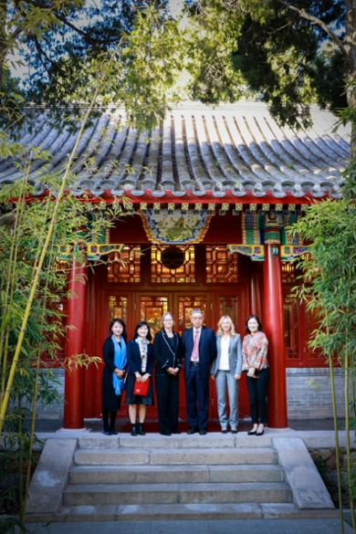 Vice-President Gang Tian from Peking University (3rd from right) and Vice-Rector Hester Bijl had much in common to talk about: they are both mathematicians working for the oldest university in their country.