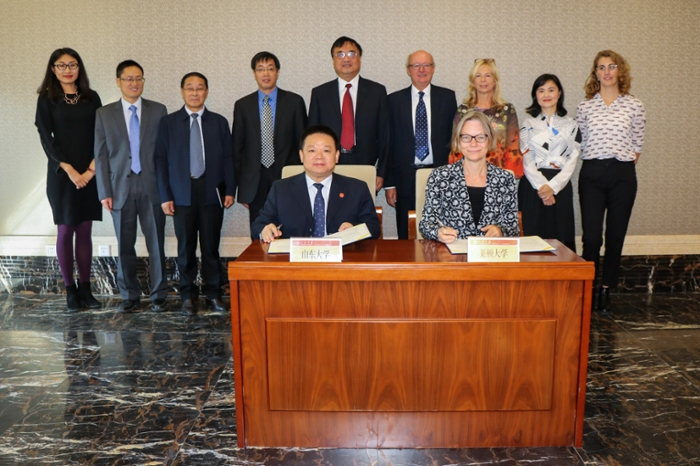 Hester Bijl and Shengyan Cao signing a new Memorandum of Understanding between Shandong University and Leiden University