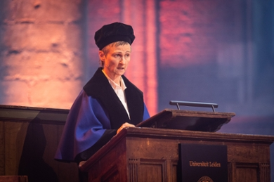 Professor Ineke Sluiter at the lectern. She is looking at the audience while giving her Dies lecture.